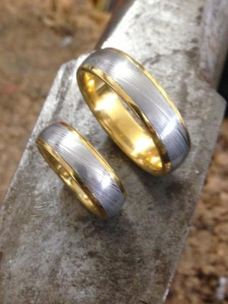 T-0012 Trauringe aus damast stahl mit 750 Gold ring , von gutelauneschmuck.de, Atelier secret garden
