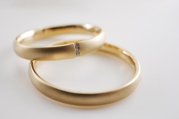 feine Trauringe Gold seidenmatt mit Brillanten Paarpreis